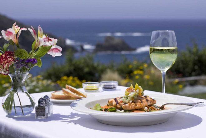Белое вино подают к блюдам из мяса, рыбы и птицы